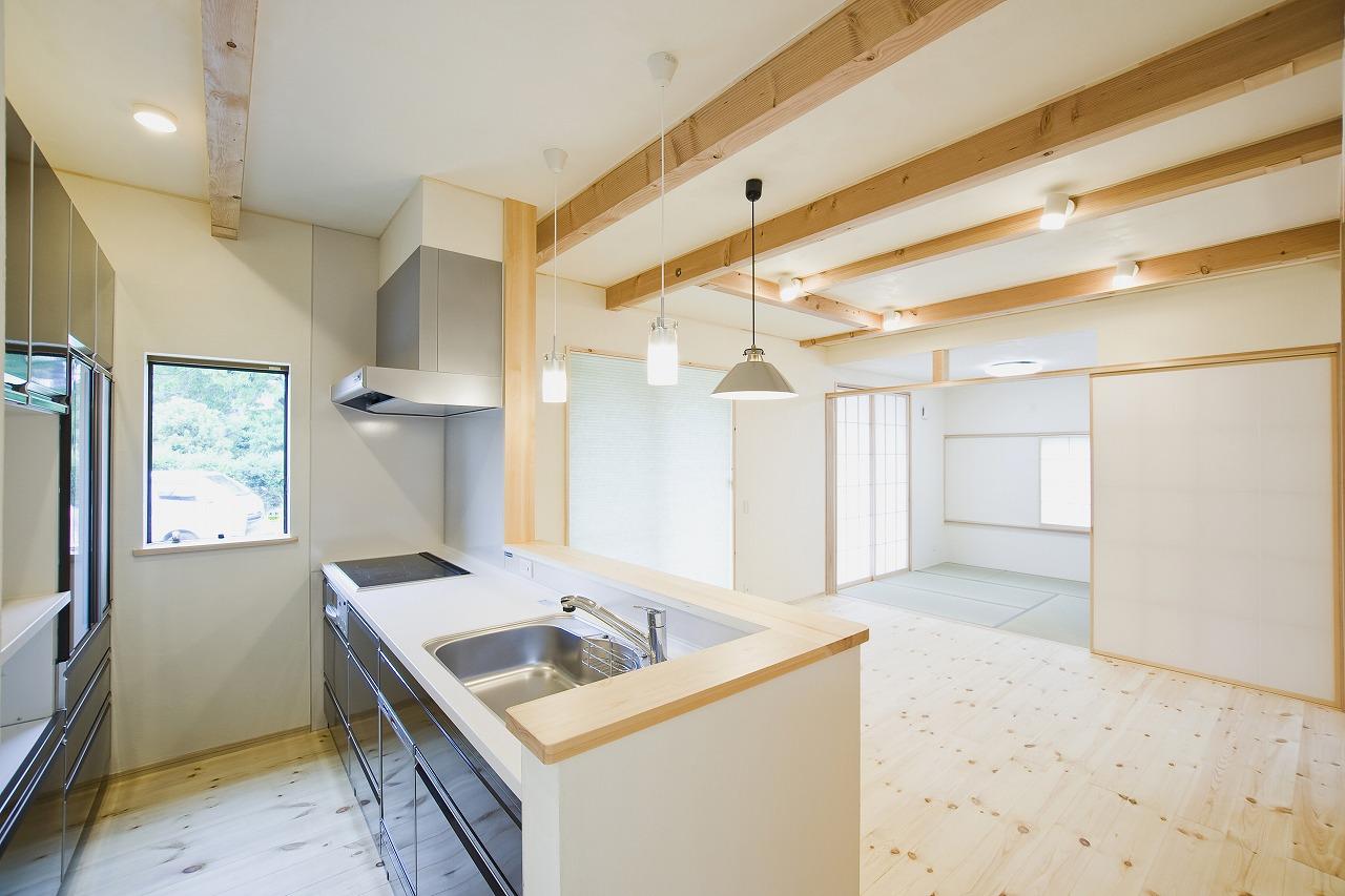 モダンロッジ風の家_キッチンリビング