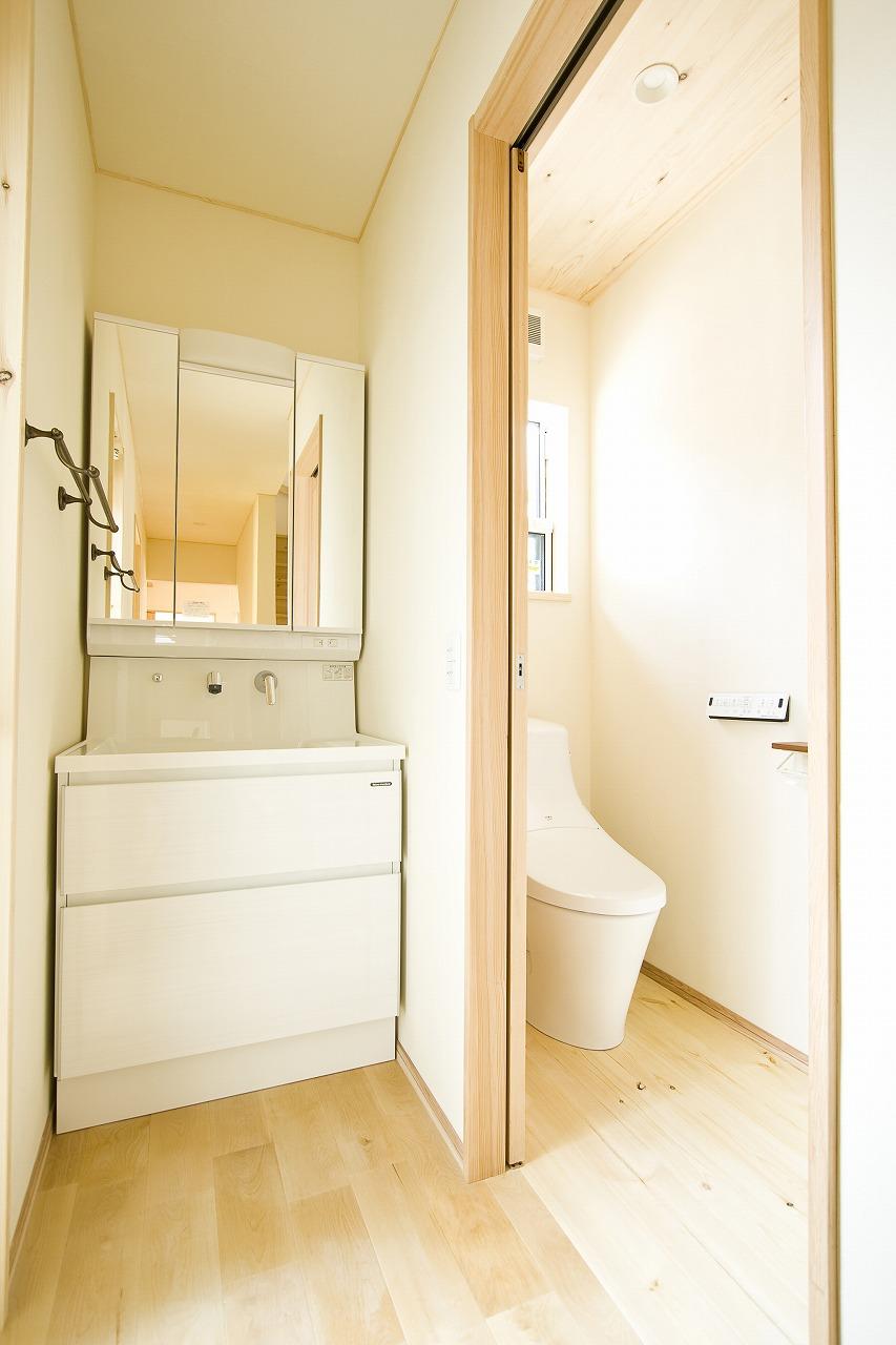 木と漆喰が調和するお家_トイレ洗面