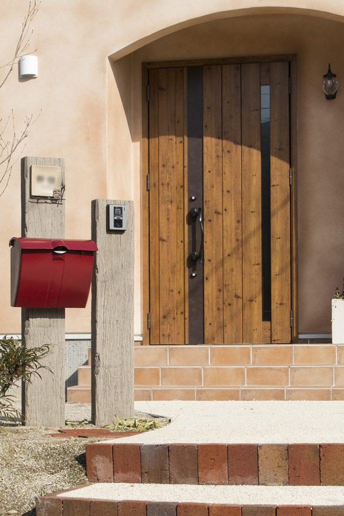 片開きドアの横に小さな扉がついたタイプのドアです。