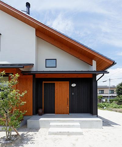 玄関引き戸は、取っ手を左右に引いて開閉します。