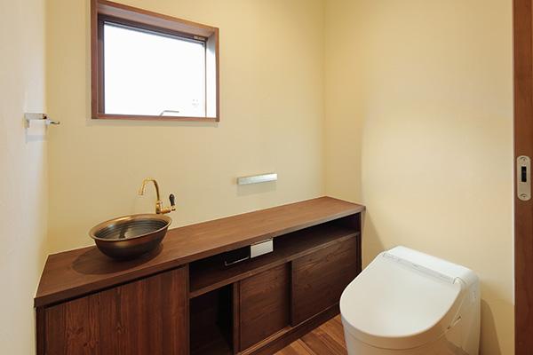 予備のトイレットペーパやトイレの掃除道具を収納できるスペースを確保しましょう。