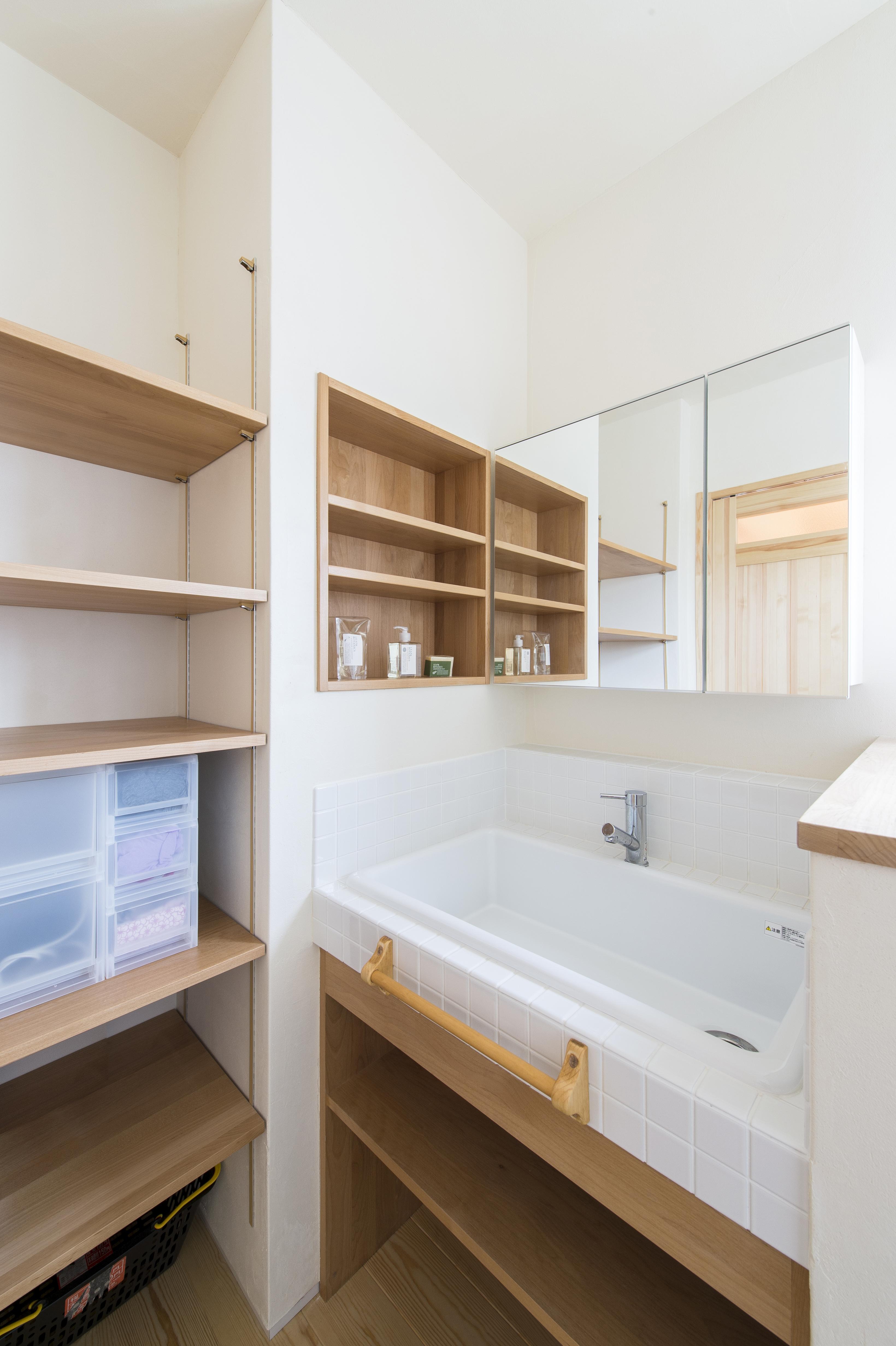 自然素材が心地いい。 お気に入りに囲まれて過ごしたくなる家_洗面脱衣室