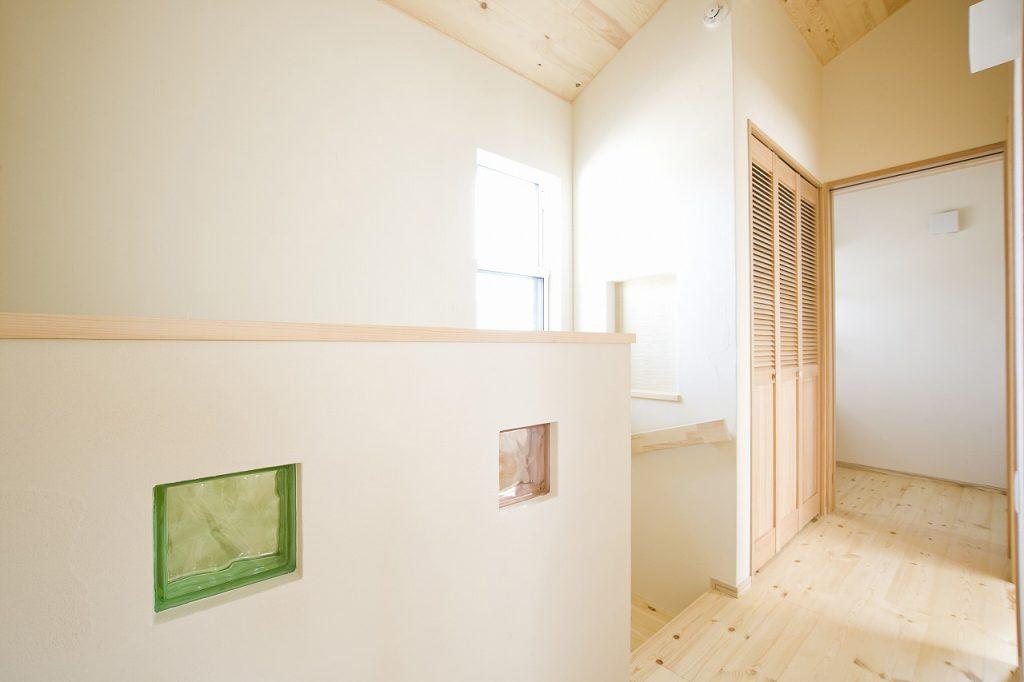 木と漆喰が調和するお家