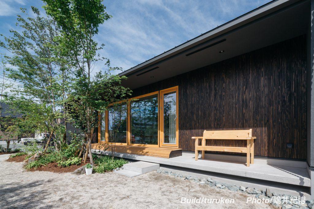 自然豊かな環境に溶け込む、スタイリッシュでシックなお家