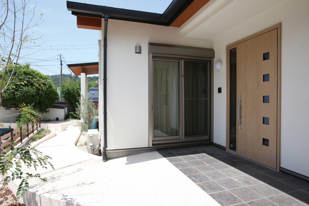 <p>模様の美しいタイルが玄関まで誘導し、ちょっとしたアクセントにも。室内から玄関にも出られる。</p>