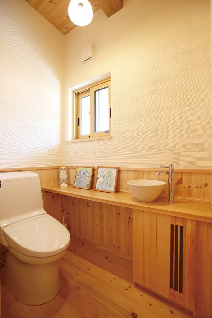 <p>カウンター下部は、トイレットペーパーなどを収納。漆喰壁の消臭効果で空気も清潔。</p>