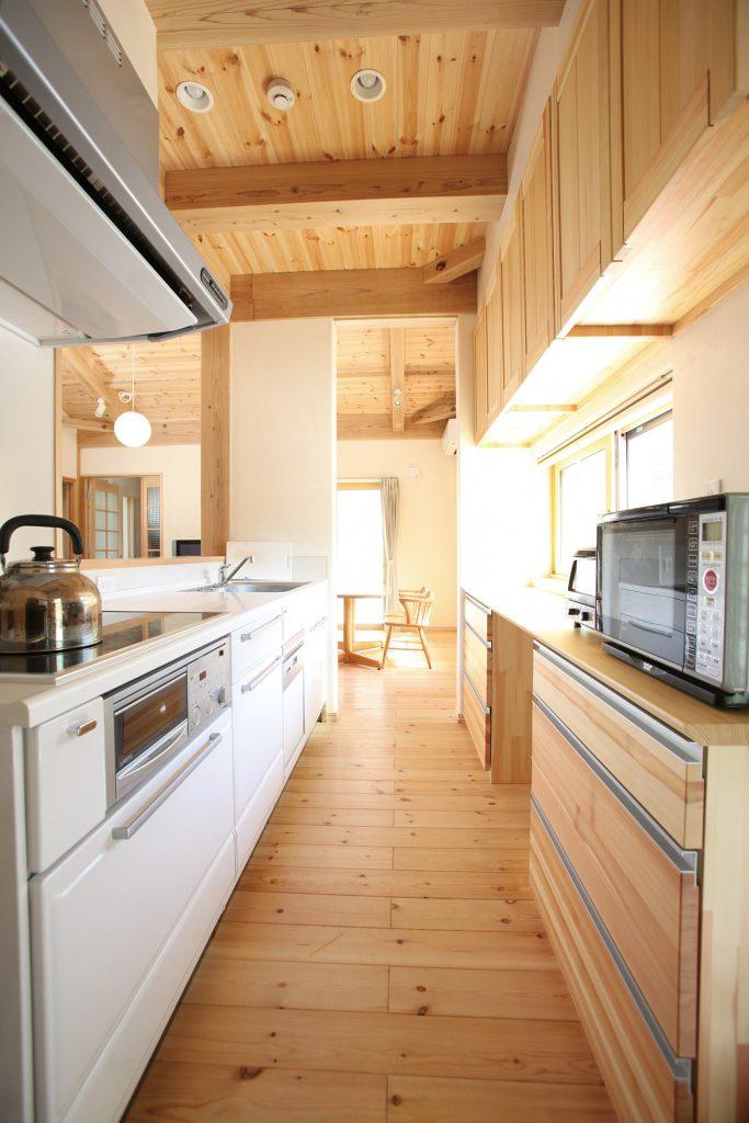 <p>リビング横に独立型のキッチンを設置。収納をたっぷり設け、すっきり使いやすいキッチンに。</p>