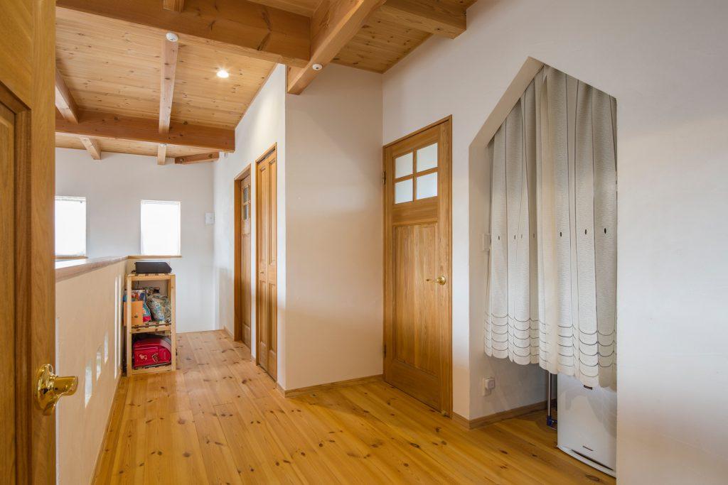 温かさと可愛らしさを兼ね備えた空間を楽しむ家